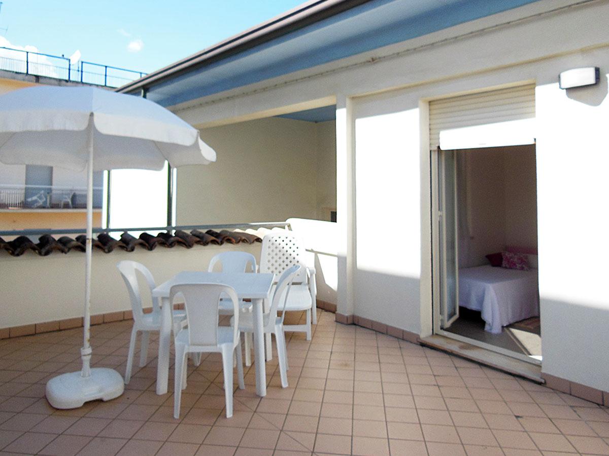 Appartamento bilocale appartamenti a cattolica alba for Bilocale arredato alba